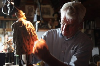 John Frame at work, Wrightwood, California (c. 2011). Photo © January Parkos Arnall for Claremont Graduate University School of Arts and Humanities Oral History Artist Series.